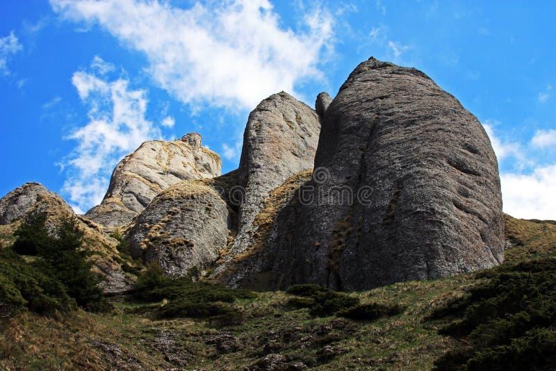Formaciones de roca extrañas en las montañas de Ciucas fotografía de archivo