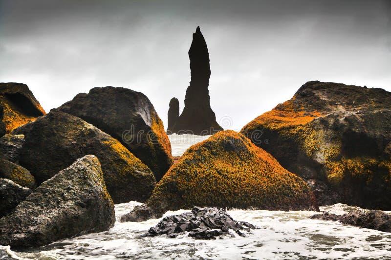 Formaciones de roca imponentes cerca de Vik i Myrdal, Islandia meridional imagen de archivo