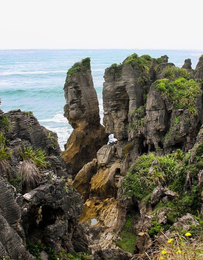 Formaciones de roca de la piedra caliza en el viento asqueroso del cabo, Nueva Zelanda fotos de archivo