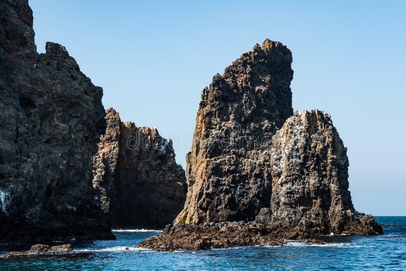 Formaciones de roca volcánica en la isla del este de Anacapa en California foto de archivo