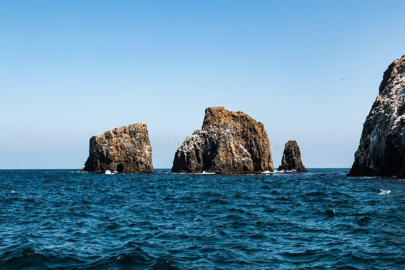 Formaciones de roca volcánica en la isla del este de Anacapa en California meridional fotos de archivo