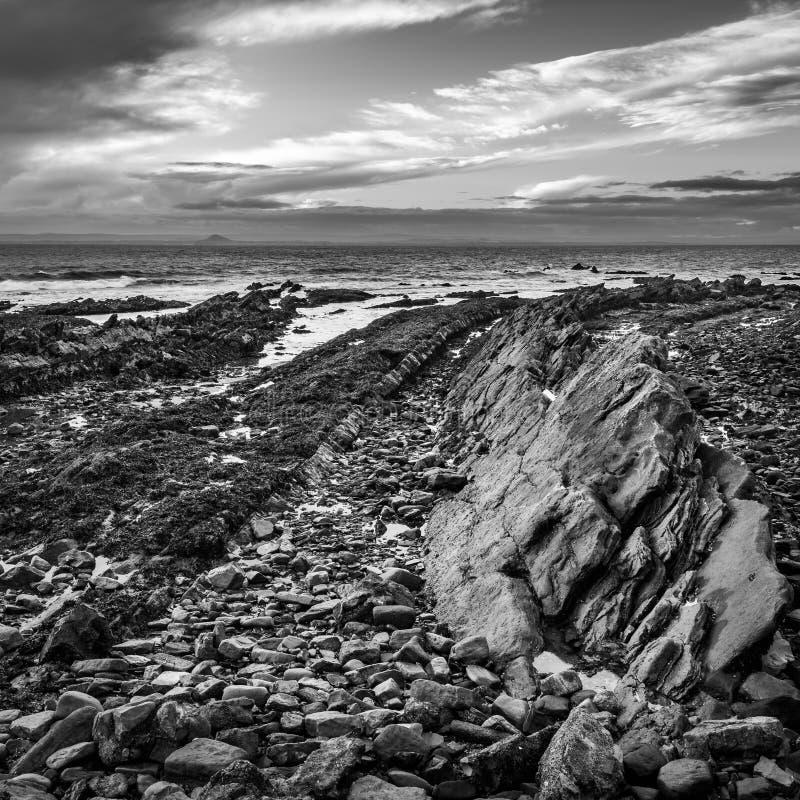 Formaciones de roca volcánica en St Monans en Fife fotografía de archivo