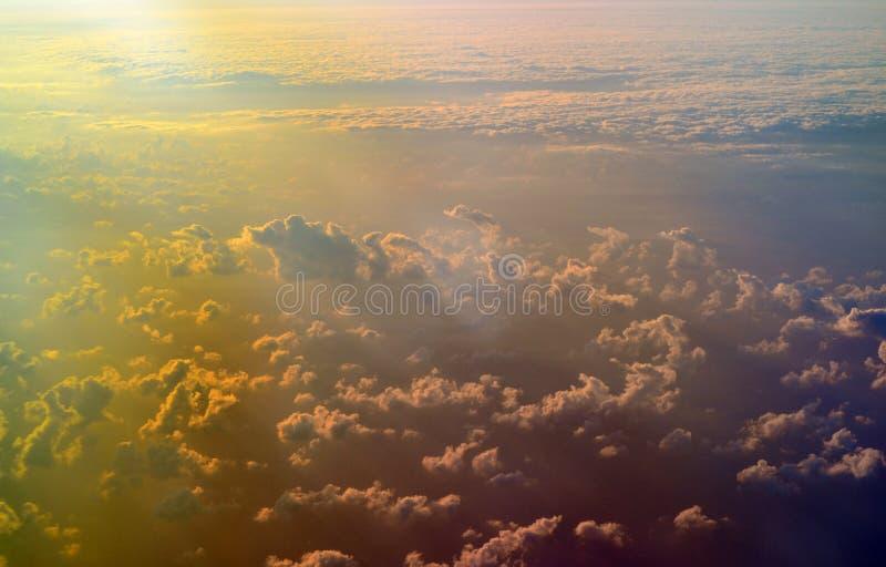 Formaciones del cielo y de la nube vistas del avión imagen de archivo