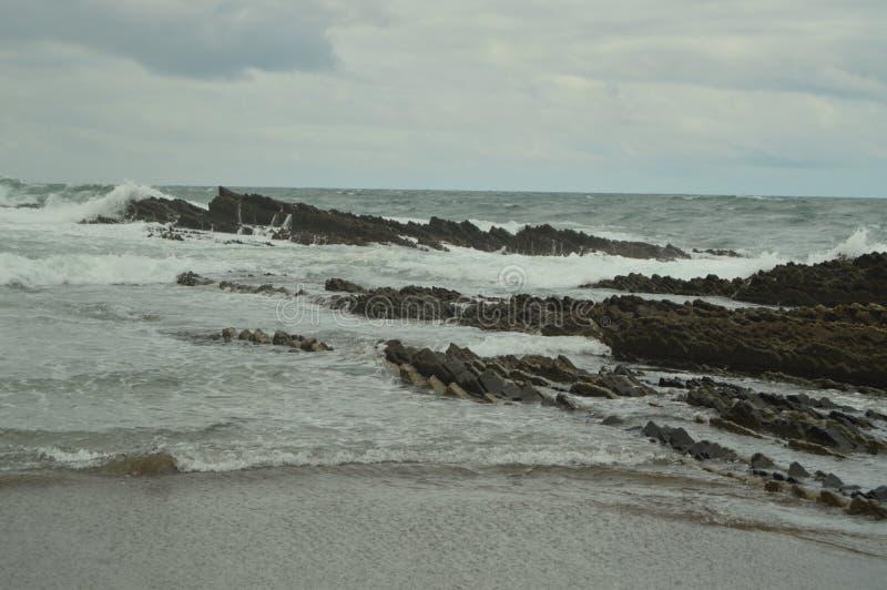 Formaciones geológicas en el mar cántabro del tipo la UNESCO vasca del flysch de la ruta de Geopark Juego filmado de tronos Playa fotografía de archivo