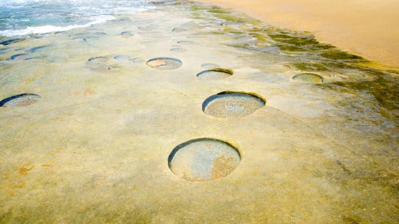 Formaciones geológicas en la costa costa de Mozambique imagen de archivo