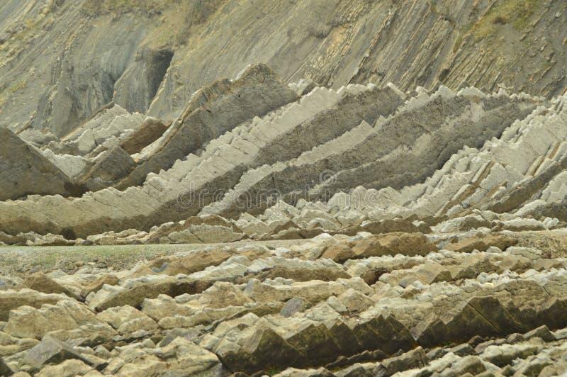 Formaciones geológicas en la playa del tipo la UNESCO vasca del flysch de la ruta de Geopark Juego filmado de tronos Playa de Itz imagenes de archivo