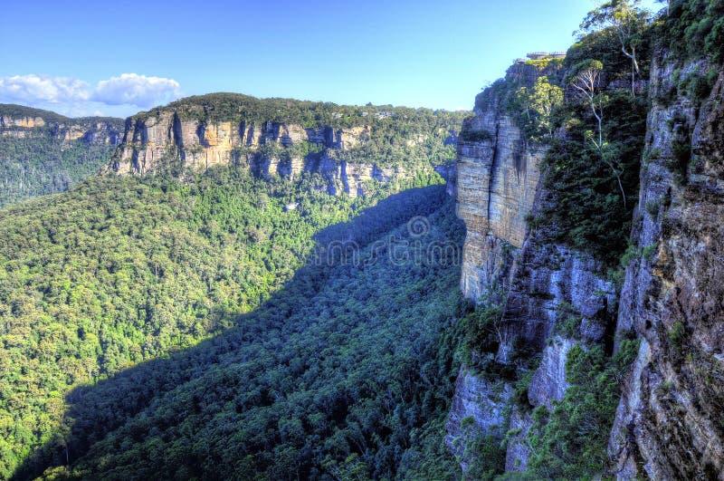 Formaciones rocosas en montañas azules foto de archivo libre de regalías