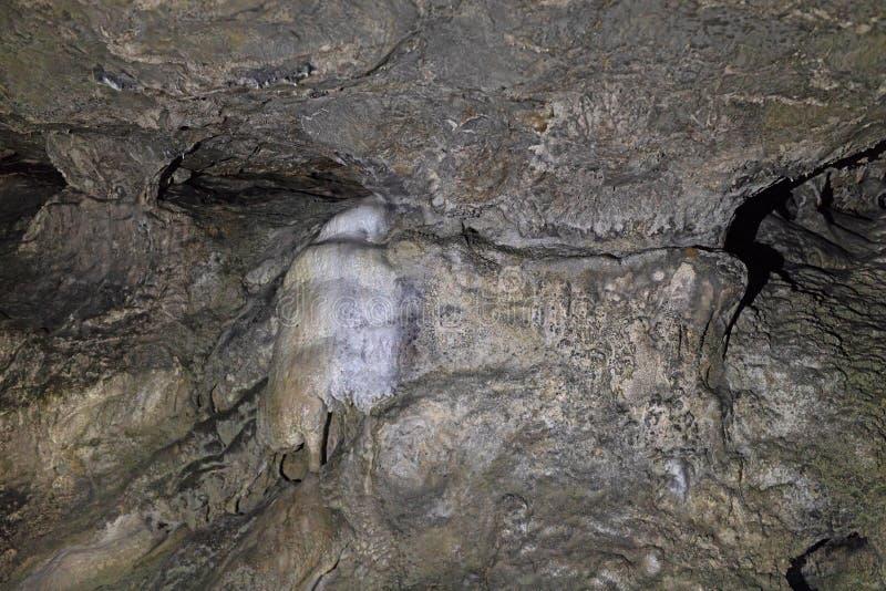 Formaciones rocosas en una cueva sobre los arcos y paredes del vestíbulo fotografía de archivo libre de regalías