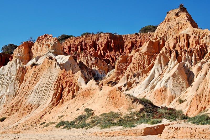 Formaciones rocosas rojas/blancas en la playa de Falesia en Albufeira - Portugal imagen de archivo