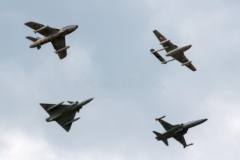 Formacja poprzedniej Swiss Air siły dżetowy samolot zawierający de Havilland wampir, domokrążcy myśliwy, Northrop F-5 i Dassault  zdjęcie royalty free