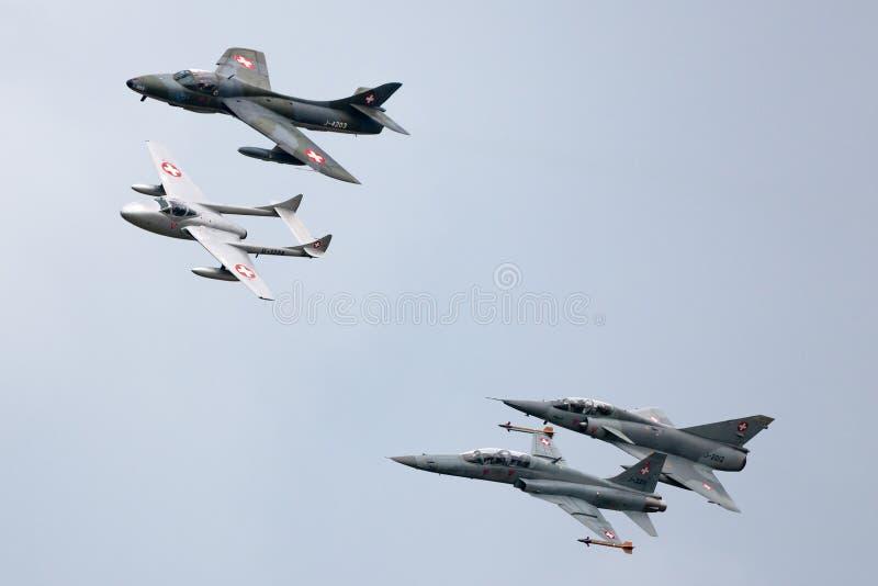 Formacja poprzedniej Swiss Air siły dżetowy samolot zawierający de Havilland wampir, domokrążcy myśliwy, Northrop F-5 i Dassault, fotografia royalty free