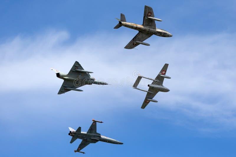 Formacja poprzedniej Swiss Air siły dżetowy samolot zawierający de Havilland wampir, domokrążcy myśliwy, Northrop F-5 i Dassault  obrazy stock