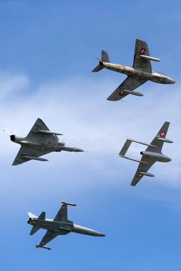 Formacja poprzedniej Swiss Air siły dżetowy samolot zawierający de Havilland wampir, domokrążcy myśliwy, Northrop F-5 i Dassault  fotografia royalty free