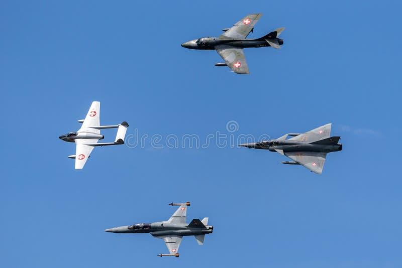 Formacja poprzedniej Swiss Air siły dżetowy samolot zawierający de Havilland wampir, domokrążcy myśliwy, Northrop F-5 i Dassault  zdjęcia royalty free