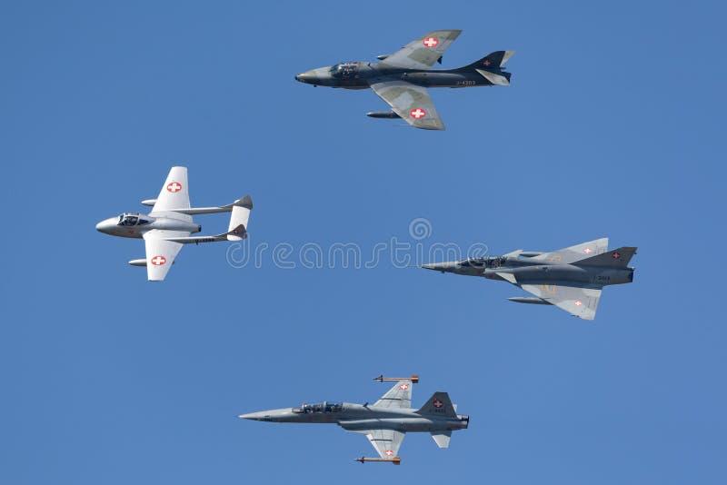 Formacja poprzedniej Swiss Air siły dżetowy samolot zawierający de Havilland wampir, domokrążcy myśliwy, Northrop F-5 i Dassault  fotografia stock
