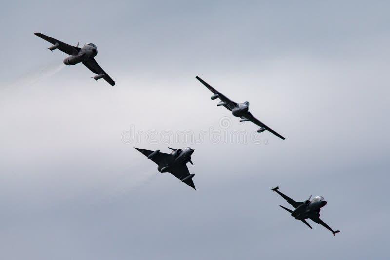 Formacja poprzedniej Swiss Air siły dżetowy samolot zawierający de Havilland wampir, domokrążcy myśliwy, Northrop F-5 i Dassault  obraz royalty free