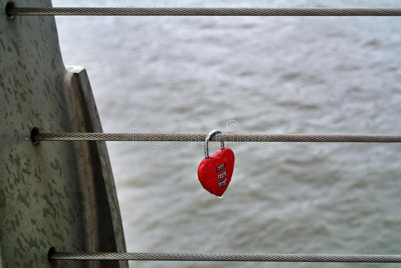 formad hjärtapadlock arkivfoton
