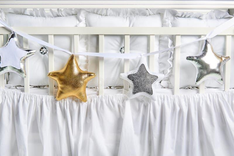 Formade kuddar för silver, för guld och för vit behandla som ett barn stjärnan på ett vitt kåtan arkivbilder