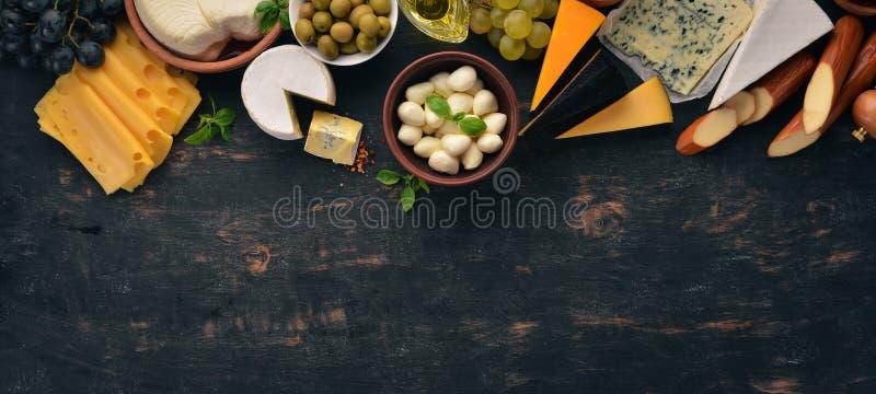 Formaggi rassodati Suluguni, formaggio blu, mozzarella, maasdam, Brie fotografia stock libera da diritti