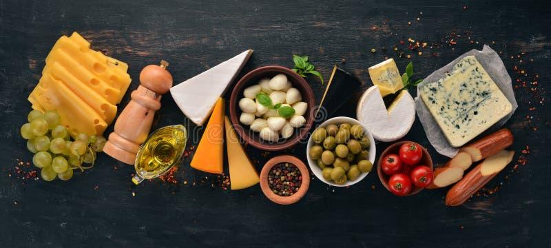 Formaggi rassodati Suluguni, formaggio blu, mozzarella, maasdam, Brie fotografia stock