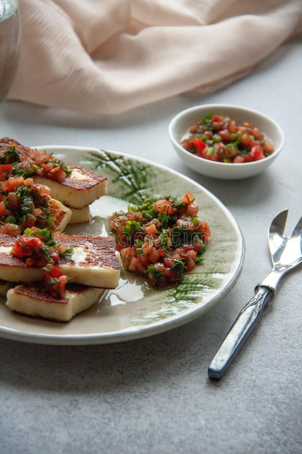 Formaggio arrostito con salsa di verdure fotografie stock libere da diritti