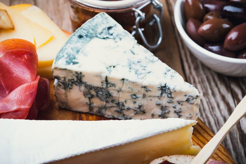 Formaggio blu con vino rosso sul bordo di legno immagine stock libera da diritti