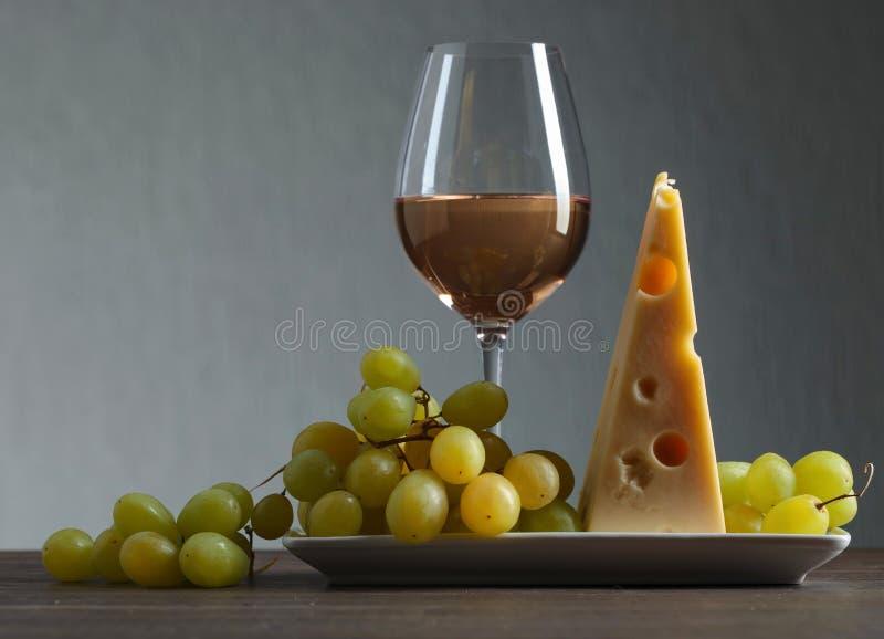 Formaggio con l'uva ed il vino bianco fotografia stock