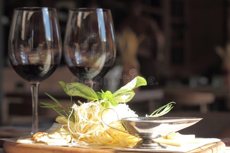 Formaggio con la sfuocatura del vino fotografia stock libera da diritti