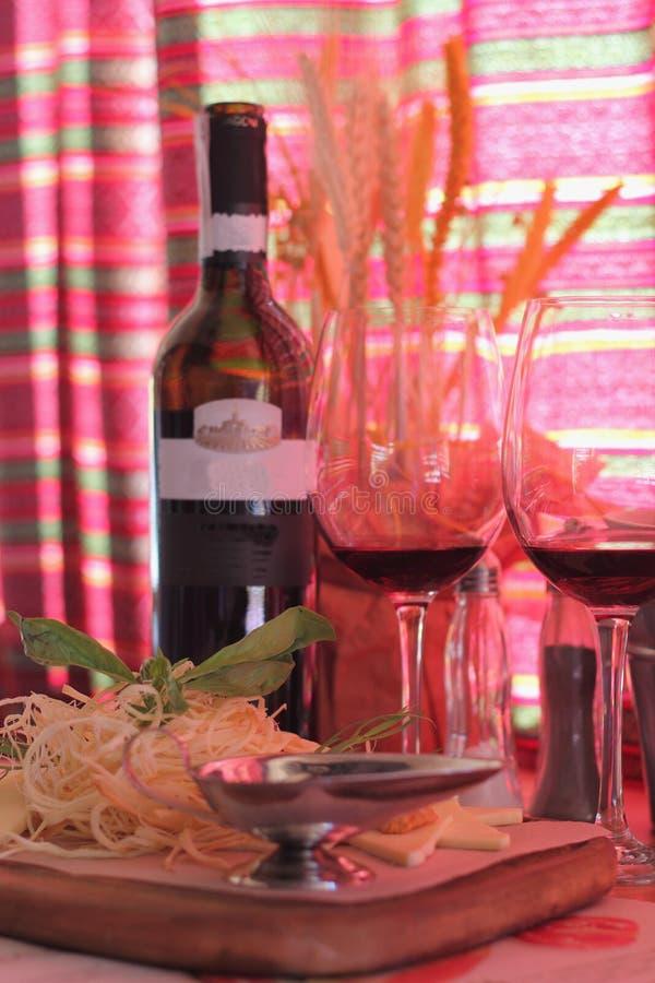 Formaggio con la sfuocatura del vino immagine stock
