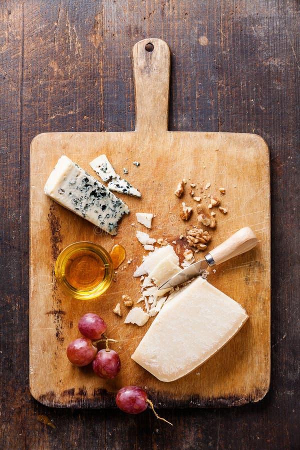 Formaggio con miele, i dadi e l'uva fotografia stock libera da diritti