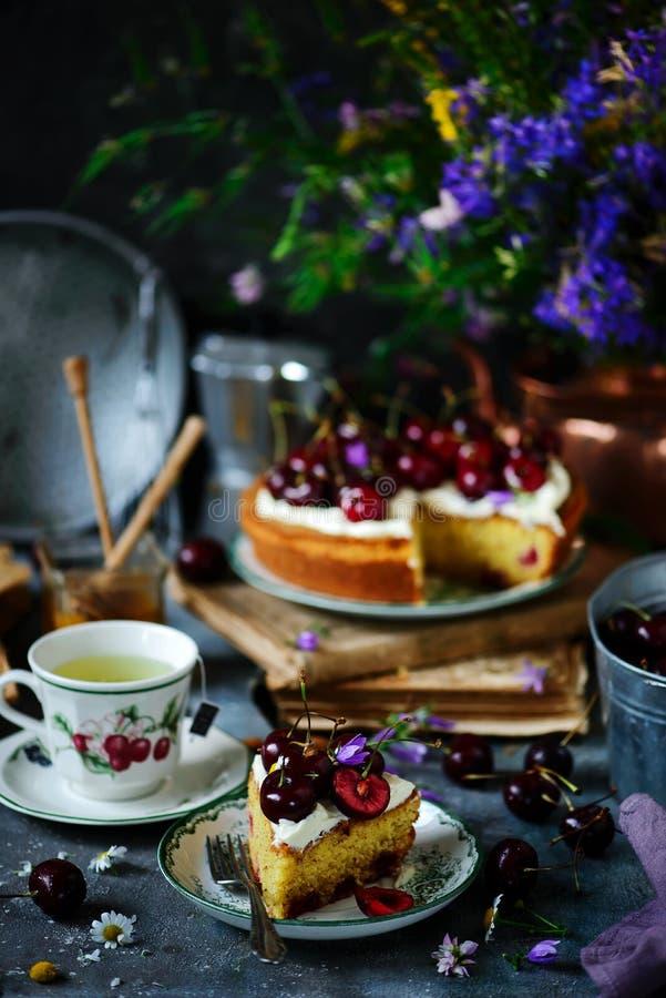 Formaggio cremoso che glassa il dolce della ciliegia Indicatore luminoso naturale fotografie stock libere da diritti