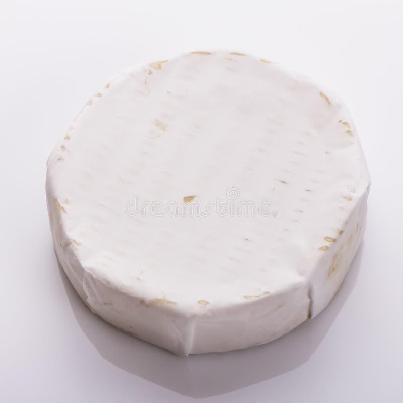 Formaggio cremoso delizioso del camembert su un fondo bianco immagini stock libere da diritti