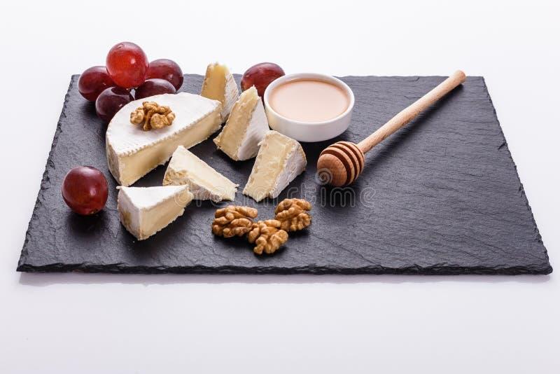 Formaggio cremoso delizioso del camembert su un fondo bianco immagine stock