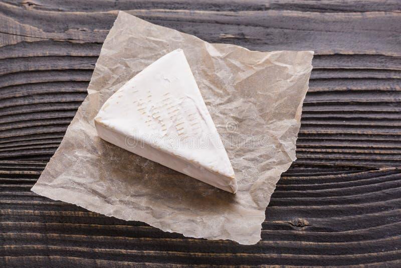 Formaggio cremoso delizioso del camembert su un fondo rustico di legno immagini stock