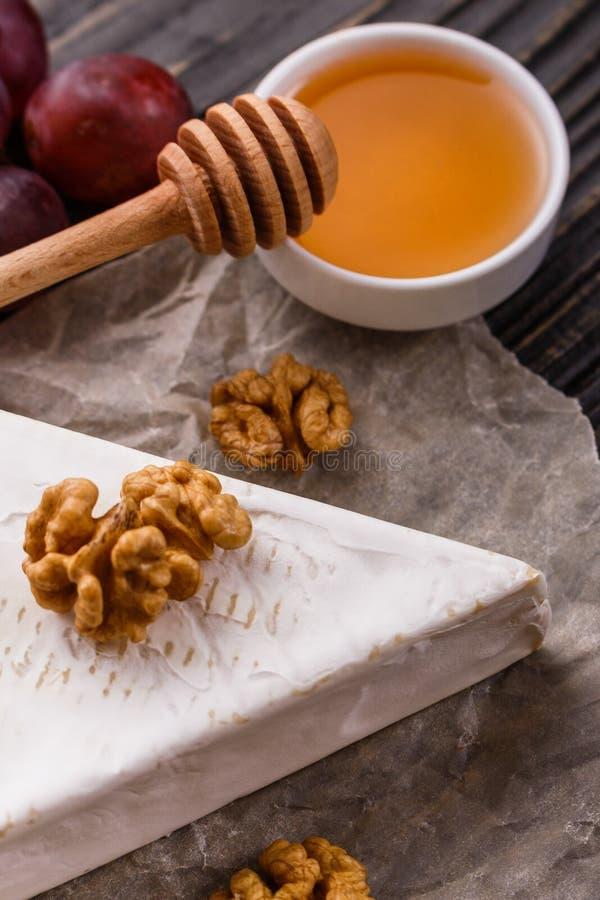 Formaggio cremoso delizioso del camembert su un fondo rustico di legno immagini stock libere da diritti