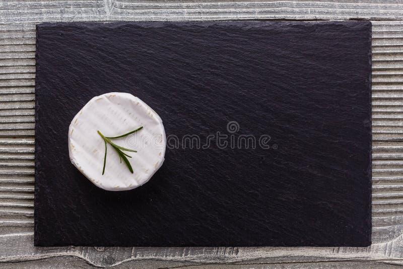 Formaggio cremoso delizioso del camembert su un fondo rustico di legno fotografie stock