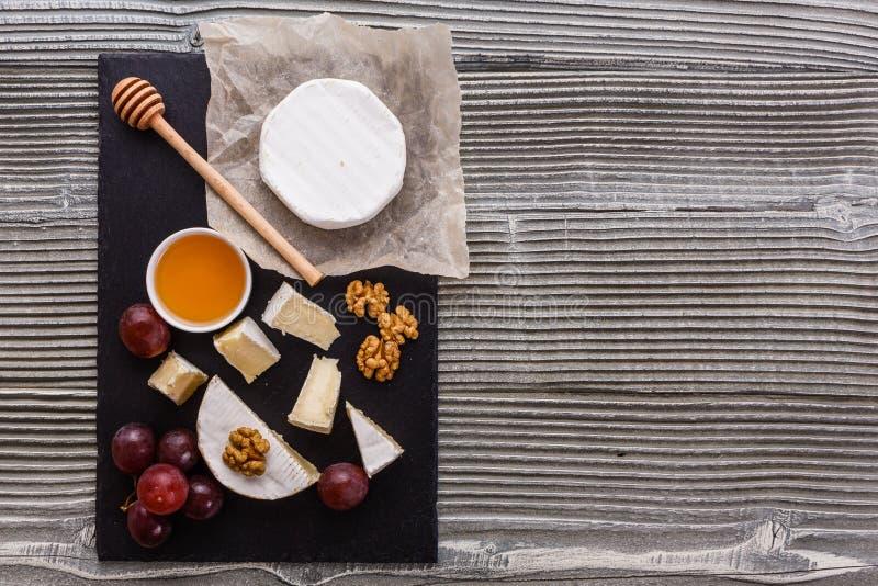 Formaggio cremoso delizioso del camembert su un fondo rustico di legno fotografia stock