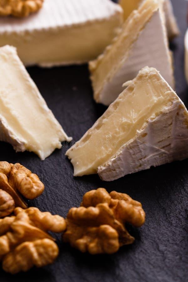Formaggio cremoso delizioso del camembert su un fondo rustico di legno immagine stock
