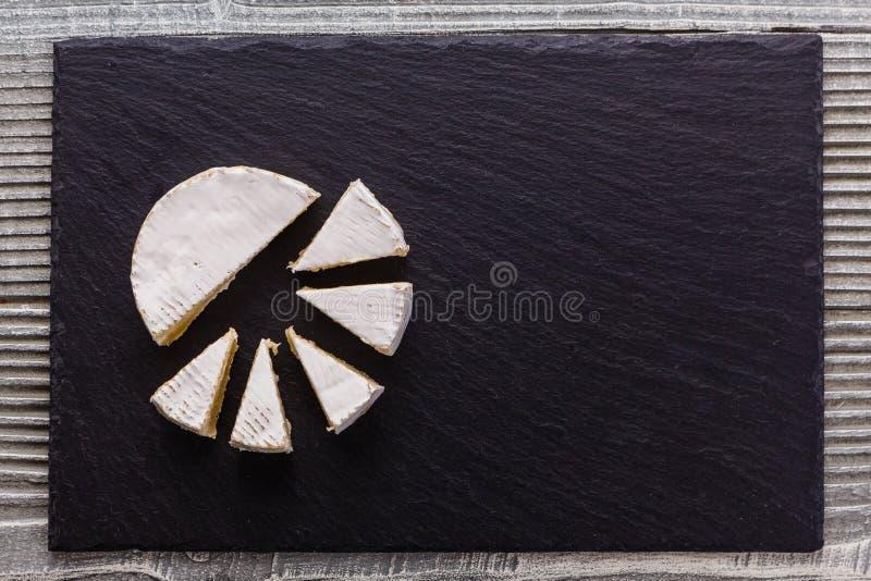 Formaggio cremoso delizioso del camembert su un fondo rustico di legno immagine stock libera da diritti
