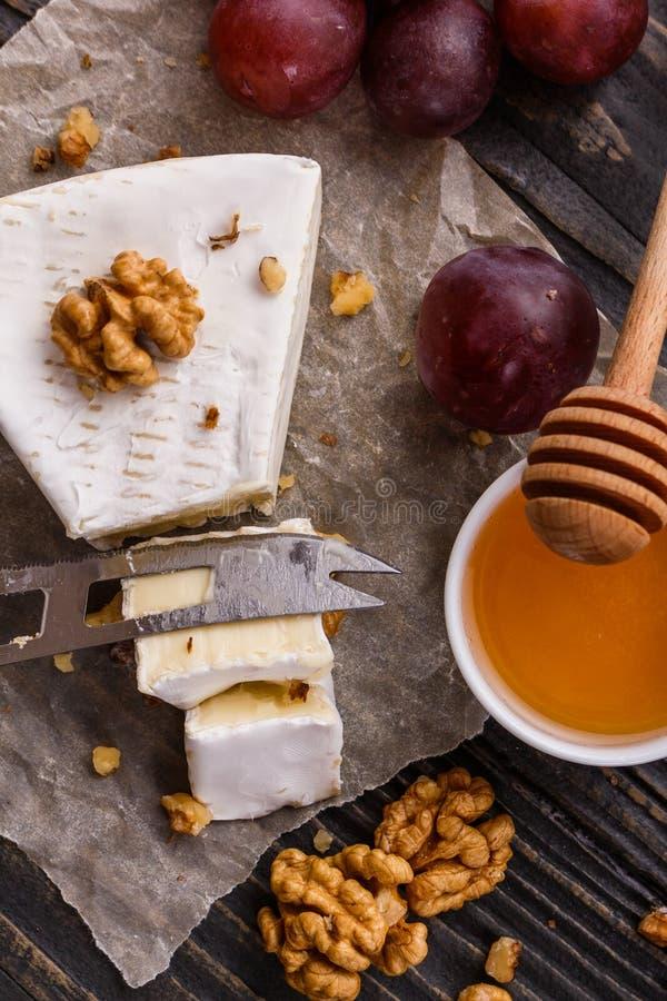 Formaggio cremoso delizioso del camembert su un fondo rustico di legno fotografia stock libera da diritti
