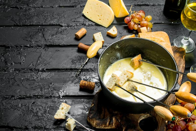 Formaggio delizioso della fonduta con vino bianco fotografia stock libera da diritti