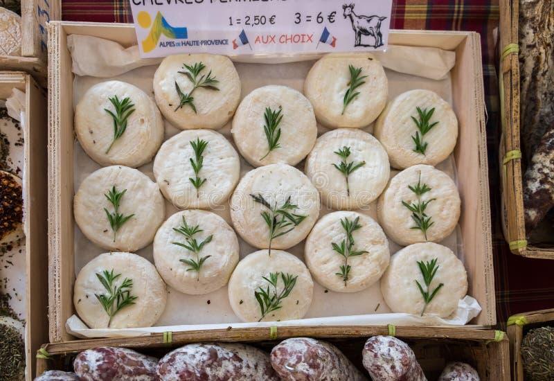 Formaggio di capra da vendere al mercato di strada locale La Provenza france immagini stock libere da diritti
