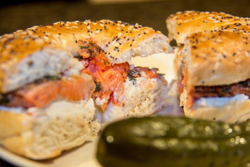 Formaggio di color salmone e cremoso su un tutto bagel fotografie stock