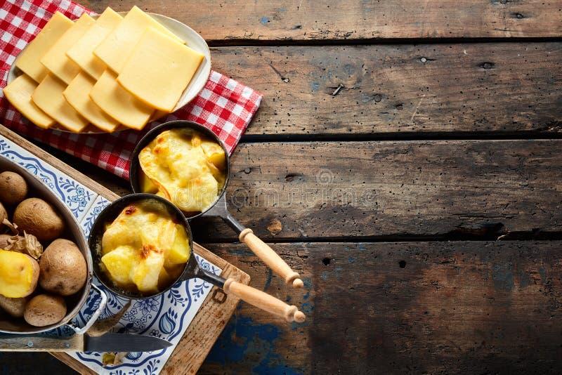 Formaggio di formaggio fuso e patate fuso svizzero tradizionale delizioso fotografia stock