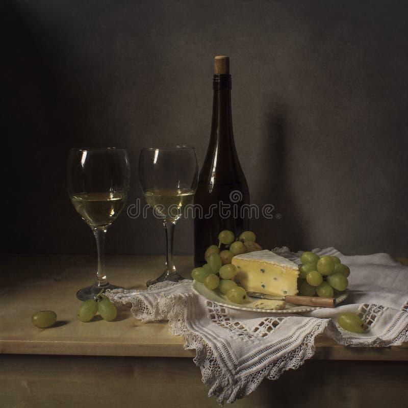 Formaggio di natura morta, vino, uva fotografia stock