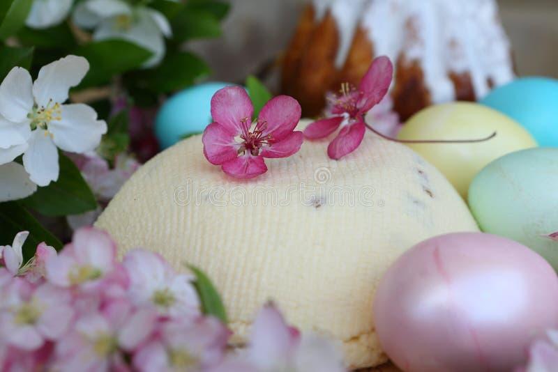 Formaggio di Pasqua ed uova dipinte Di Pasqua vita ancora immagine stock libera da diritti