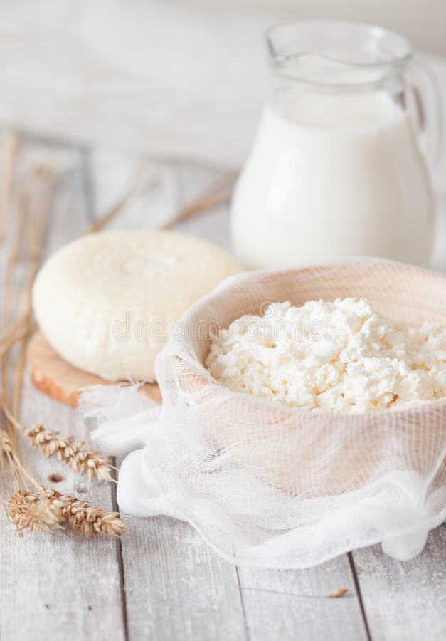 Formaggio di Tzfat, latte, ricotta e grano fotografia stock libera da diritti