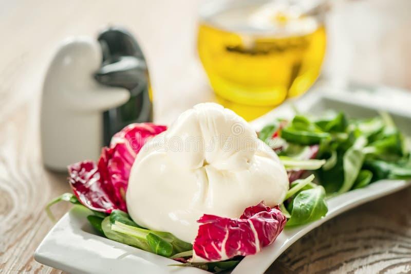Formaggio e lattuga di Burato per la correzione del peso delle foglie della lattuga di Lollo Rosso, dell'insalata di crescione e  fotografia stock