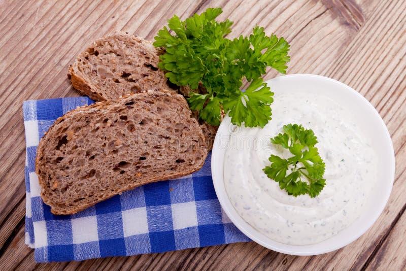 Formaggio e pane di erbe saporiti freschi della crema fotografia stock libera da diritti