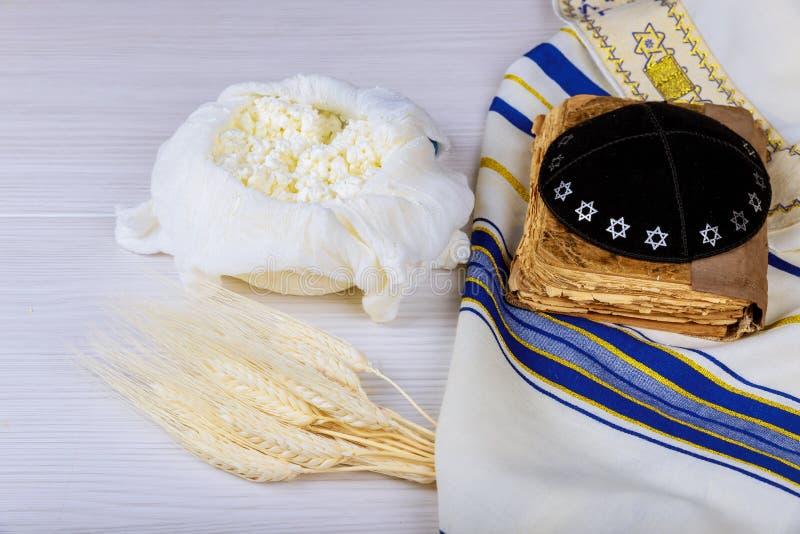 Formaggio e Shofar, prodotti lattier-caseario su fondo bianco di legno concetto ebreo di Shavuot di festa Vista da sopra immagine stock